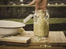 Préparation de la choucroute faite maison Image stock
