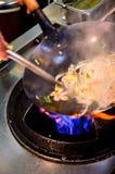 Préparation de la nourriture dans la casserole de wok Photos libres de droits
