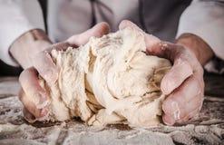 Préparation de la pâte de pain photos stock