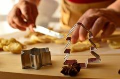 Préparation de la pâte pour les biscuits faits maison Photo stock