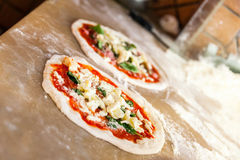 Préparation de la pizza Margherita, deux parties Photo stock