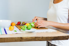Préparation de la salade de fruits Photos stock