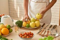 Préparation de la salade fraîche de jardin Photographie stock libre de droits