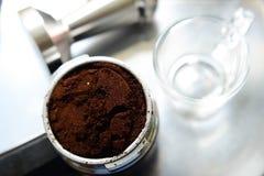 Préparation de la tasse de café Photographie stock libre de droits