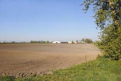 Préparation de la terre de ferme dans le Canada occidental Image libre de droits