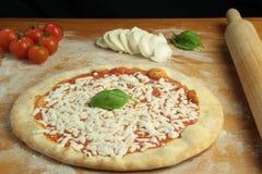 Préparation de Margherita Pizza Photographie stock libre de droits