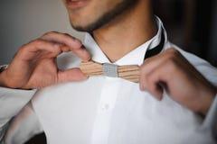 Préparation de matin de marié L'obtention barbue de marié s'est habillée dans la chemise de mariage avec le noeud papillon en boi photos stock