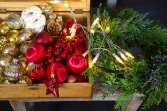 Préparation de Noël, guirlande, ornements de Noël Photographie stock libre de droits