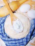 Préparation de pain avec des ingrédients photographie stock libre de droits