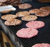 Préparation de petits pâtés d'hamburger sur le gril de barbecue au marché en plein air croate Photos libres de droits