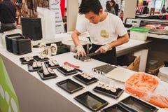 Préparation de petits pains de sushi au festival de l'Orient à Milan, Italie Photo stock