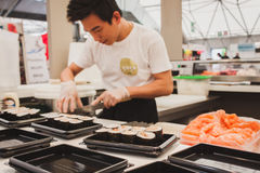 Préparation de petits pains de sushi au festival de l'Orient à Milan, Italie Photos stock