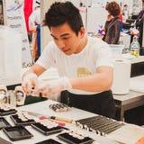 Préparation de petits pains de sushi au festival de l'Orient à Milan, Italie Photo libre de droits