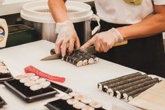 Préparation de petits pains de sushi au festival de l'Orient à Milan, Italie Photographie stock libre de droits