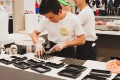 Préparation de petits pains de sushi au festival de l'Orient à Milan, Italie Photos libres de droits