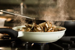 Préparation de plat de champignon de shitake sur le fourneau Image stock