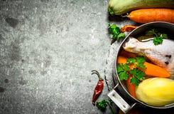 Préparation de potage au poulet parfumé avec les légumes frais Images stock