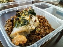 Préparation de repas de poulet cuit au four avec du sarrasin photo libre de droits