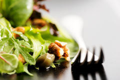 Préparation de salade avec le rucola, le frisee, le radicchio, la laitue et les écrous Photographie stock
