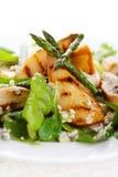 Préparation de salade avec les poires et l'asperge grillée Photo stock