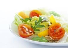 Préparation de salade de Sping avec des tomates-cerises d'une plaque blanche Photographie stock