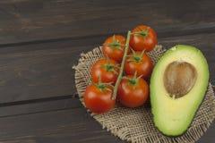 Préparation de salade diététique d'avocat Avocat mûr frais sur un fond en bois Images stock
