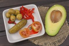 Préparation de salade diététique d'avocat Avocat mûr frais sur un fond en bois Image stock