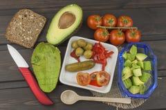 Préparation de salade diététique d'avocat Avocat mûr frais sur un fond en bois Images libres de droits