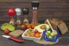 Préparation de salade diététique d'avocat Avocat mûr frais sur un fond en bois Photographie stock libre de droits