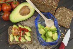 Préparation de salade diététique d'avocat Avocat mûr frais sur un fond en bois Image libre de droits