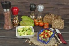 Préparation de salade diététique d'avocat Avocat mûr frais sur un fond en bois Photo stock