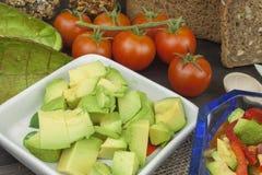 Préparation de salade diététique d'avocat Avocat mûr frais sur un fond en bois Photo libre de droits