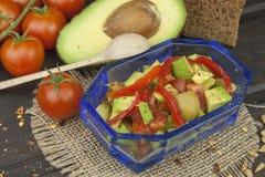 Préparation de salade diététique d'avocat Avocat mûr frais sur un fond en bois Photos libres de droits