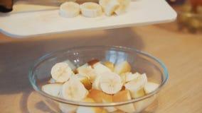 Préparation de salade de fruits banque de vidéos