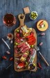 Préparation de saucisse de Tapas des olives de chorizo de jambon de fromage de lomo d'iberico de jamon de l'Espagne Photographie stock libre de droits