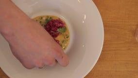 Préparation de tartare à servir aux visiteurs du restaurant clips vidéos