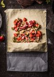 Préparation de tarte de rhubarbe et de strudel de fraises Feuille de la pâte avec les ingrédients découpés en tranches sucre et p photo stock