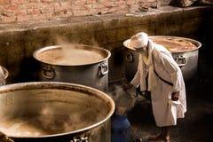 Préparation de thé dans le temple d'or image stock