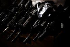 Préparation des armes pour des actes de terroriste images libres de droits