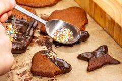 Préparation des biscuits avec du chocolat fondu délicieux brun chaud et le sucre brut photo libre de droits