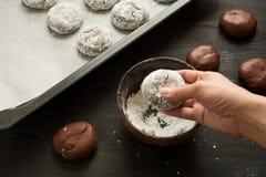 Préparation des biscuits 'de crincles rouges de velours' de chocolat en sucre en poudre Images stock