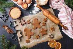 Préparation des biscuits de pain d'épice sur le fond concret noir photographie stock libre de droits