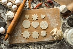 Préparation des biscuits formés de la pâte crue photographie stock libre de droits
