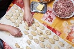 Préparation des boulettes de viande avec de la viande hachée sur la cuisine photographie stock