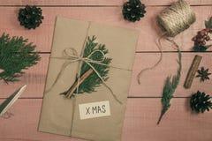 Préparation des cadeaux de Noël Des boîte-cadeau sont emballés avec papier d'emballage Photo stock