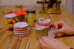 Préparation des cadeaux de Noël faits main photo stock