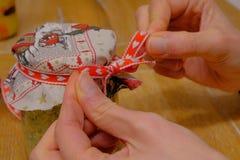 Préparation des cadeaux de Noël faits main photographie stock libre de droits