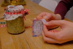 Préparation des cadeaux de Noël faits main image libre de droits