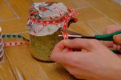 Préparation des cadeaux de Noël faits main photos libres de droits