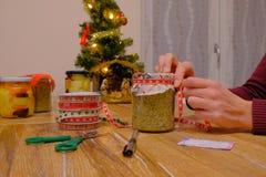 Préparation des cadeaux de Noël faits main images stock